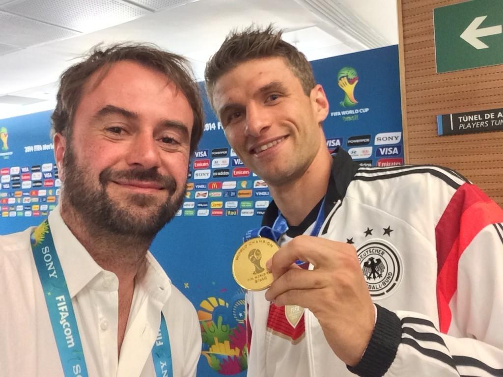 Müller präsentiert nach dem Triumph im Maracana seine Weltmeister-Medaille