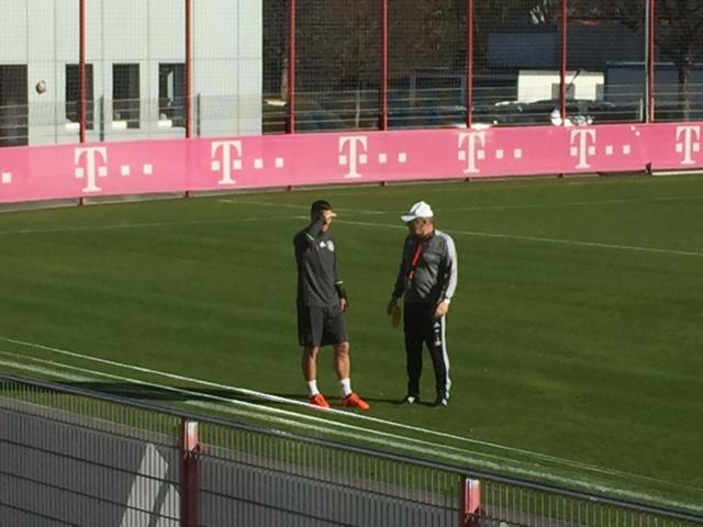 Poldi begrüßt Gerland und beobachtet Gardiola