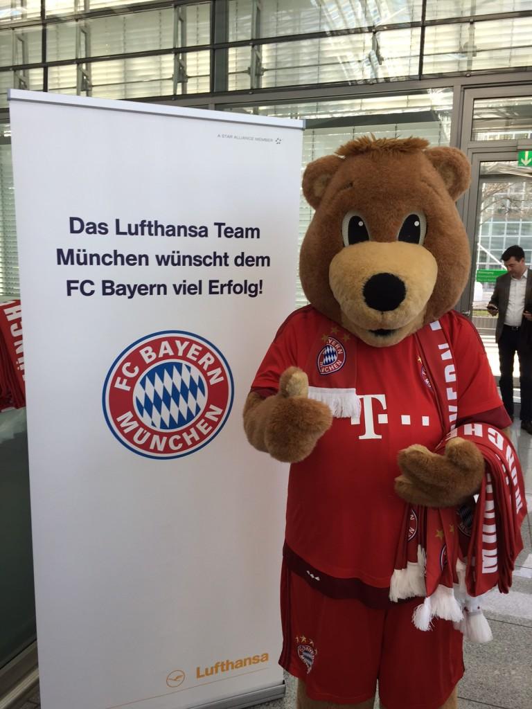 So begrüßt Berni die Bayern-Reisenden. Jeder Fluggast bekommt einen Schal zum Spiel