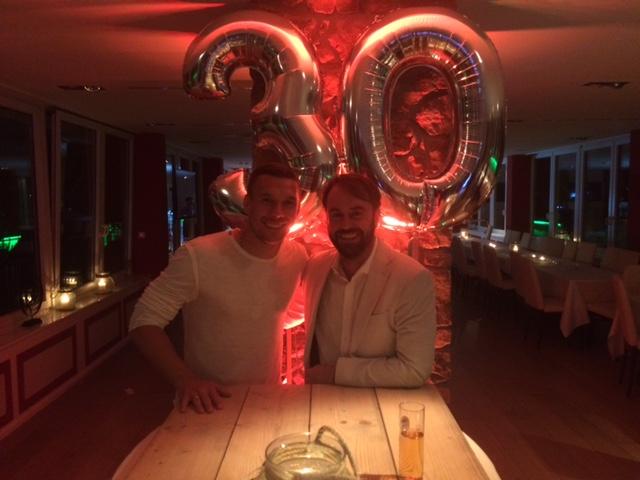 Überraschungsparty für Poldi zu seinem 30. Geburtstag in Köln