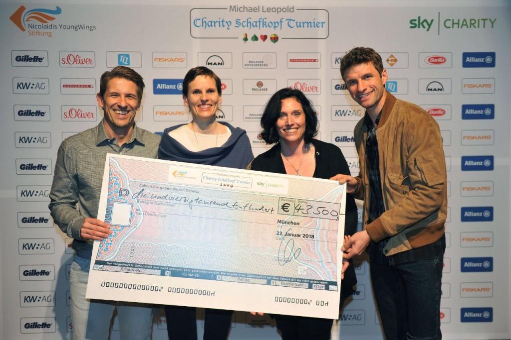 Sky-Moderator Michi Leopold (links) und Thomas Müller überreichen den Spenden-Scheck über 43500 Euro der Nicolaidis YongWings Stiftung für Kinder