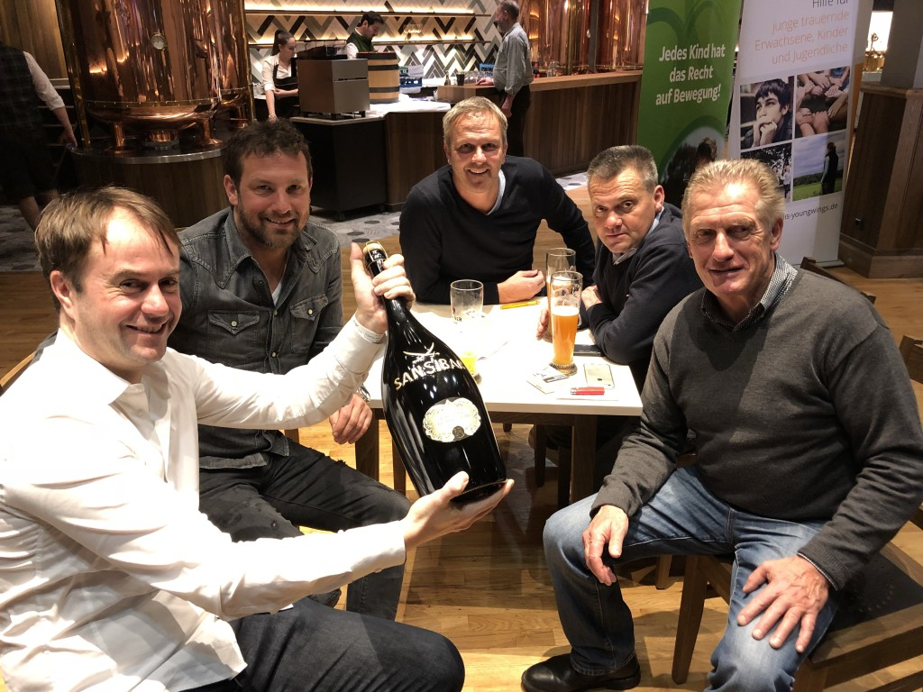Anstoßen auf ein starkes Turnier mit Eishockey-Legende Hans Zach, Manni Schwabl, Didi Hamann und Markus Weinzierl (von rechts)