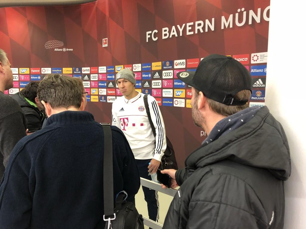Auch Arjen Robben gibt nach dem 2:1-Sieg den Journalisten seine Meinung zum Spiel wieder