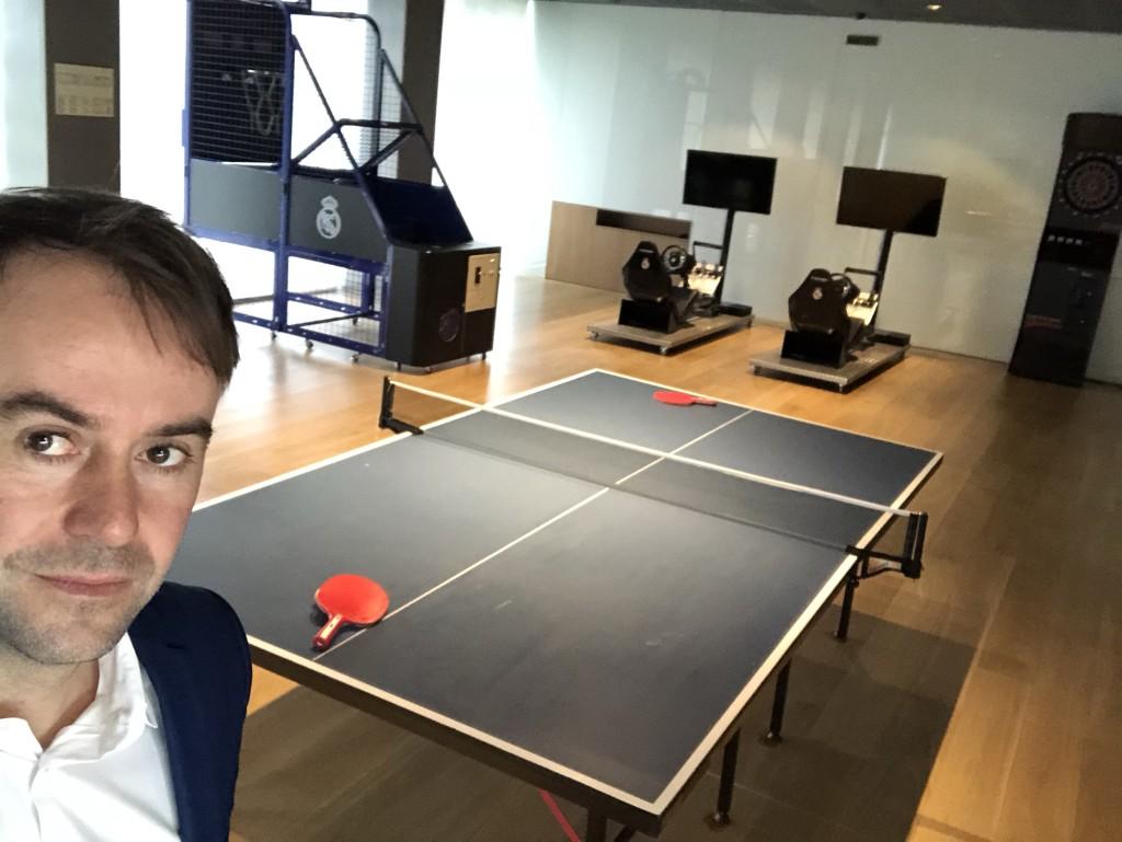 Die Real-Stars haben im Trainingszentrum einen Freizeitraum für Tisch-Tennis, Basketball und auch Renn-Simulatoren