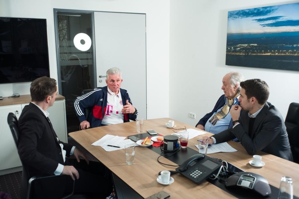 Interview auf der Bayern-Geschäftstelle. Kollegen von rechts: Tobi Altschäffl, Raimund Hinko.