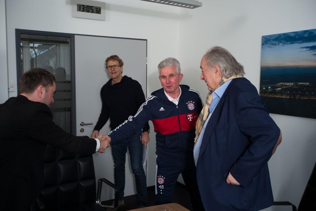 Mit Dank für das lange Gespräch: Jupp Heynckes verabschiedet sich nach fast zwei Stunden Interview. Rechts: Raimund Hinko. Hinten: Pressesprecher Dieter Nickles