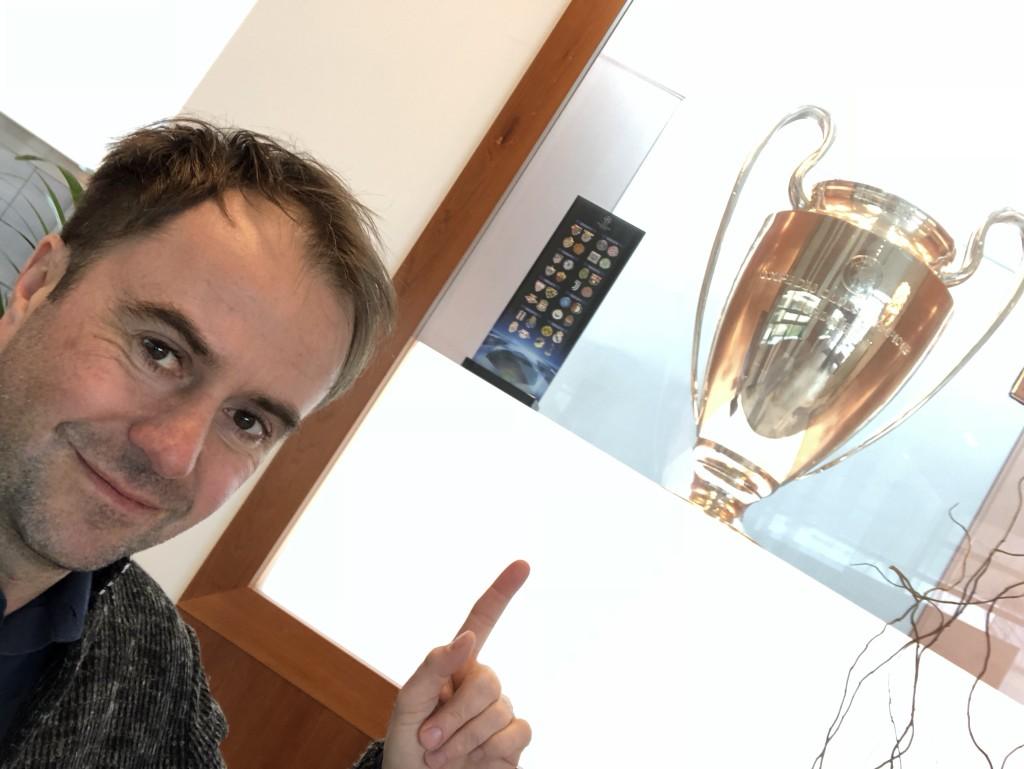 Da ist das Ding! Liverpool gewann die Champions League 2005. Wie der FC Bayern sind sie noch im Rennen