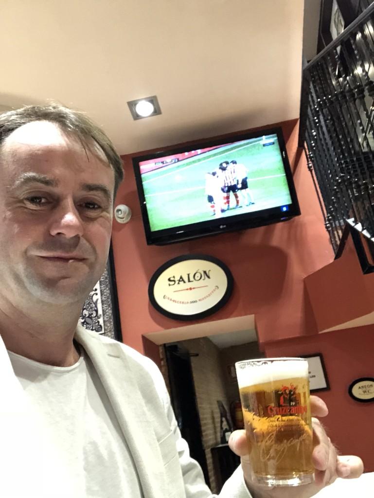 Terminvorbereitung in einer Tapas-Bar am Plaza Major. Im Hintergrund läuft Real gegen Bilbao (1:1)