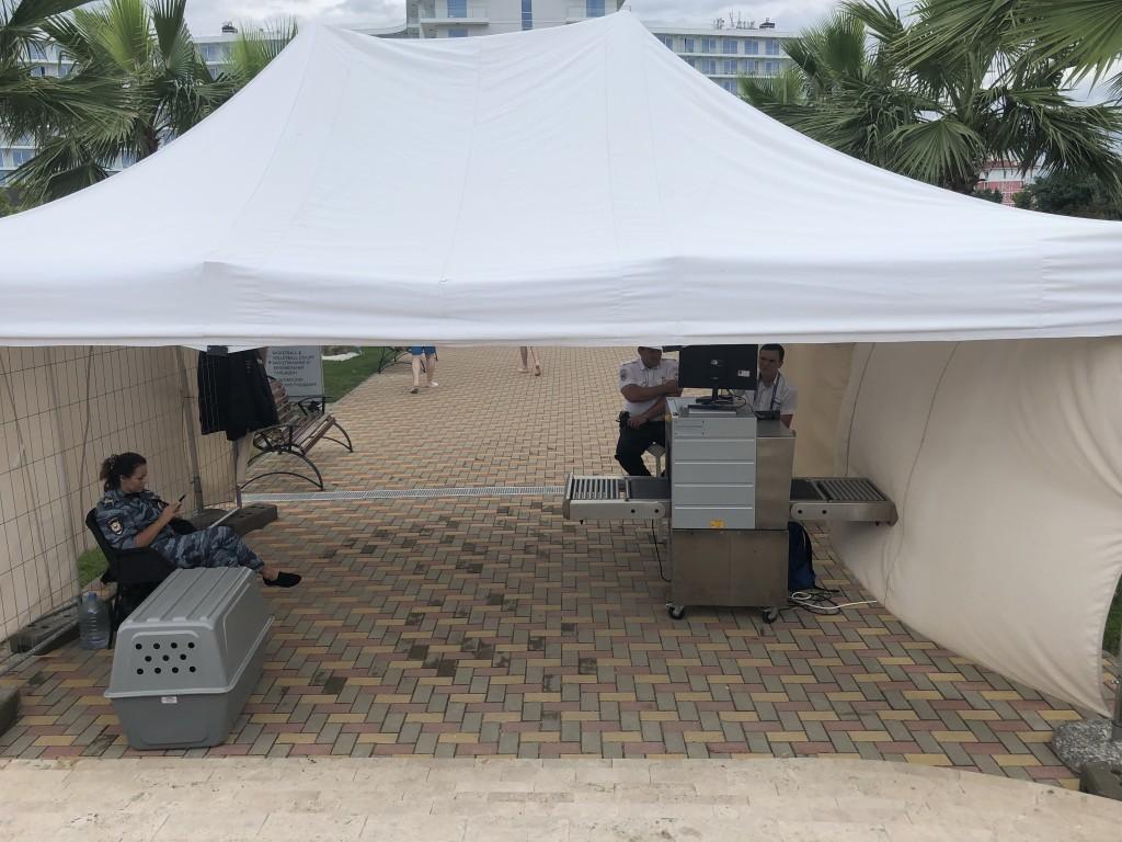 Wie am Flughafen: Die Sicherheitskontrollen am Hotel-Zugang vom Strand