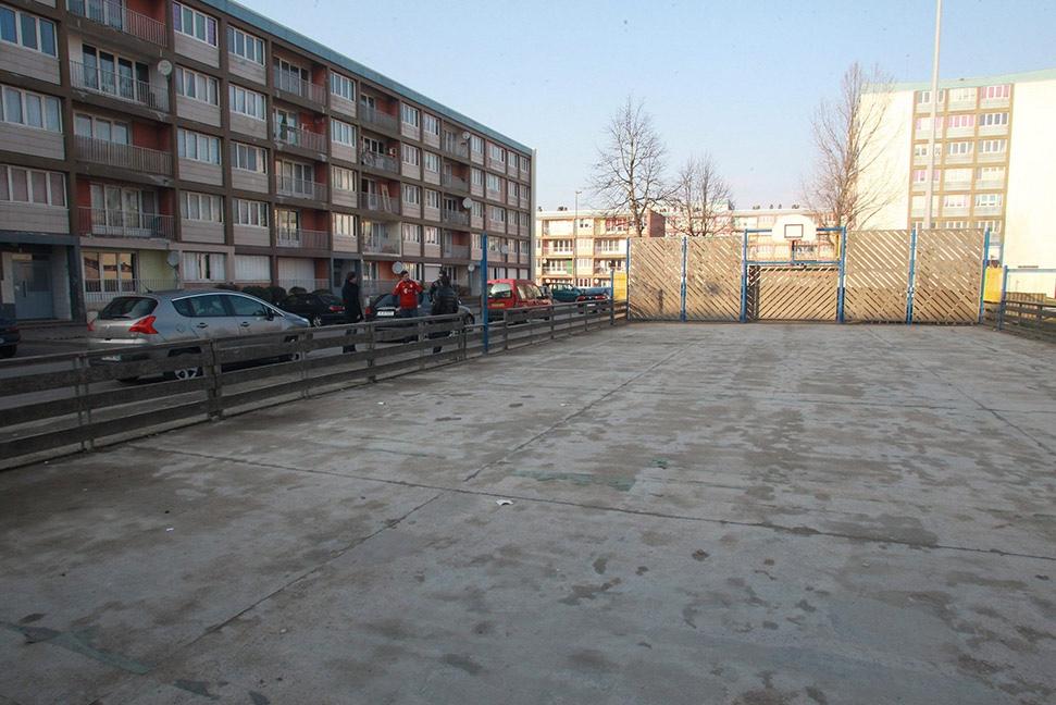 Links der einstige Wohnblock der Ribérys, rechts der Bolzplatz (Foto: SPORT BILD/ Philipe Ruiz)