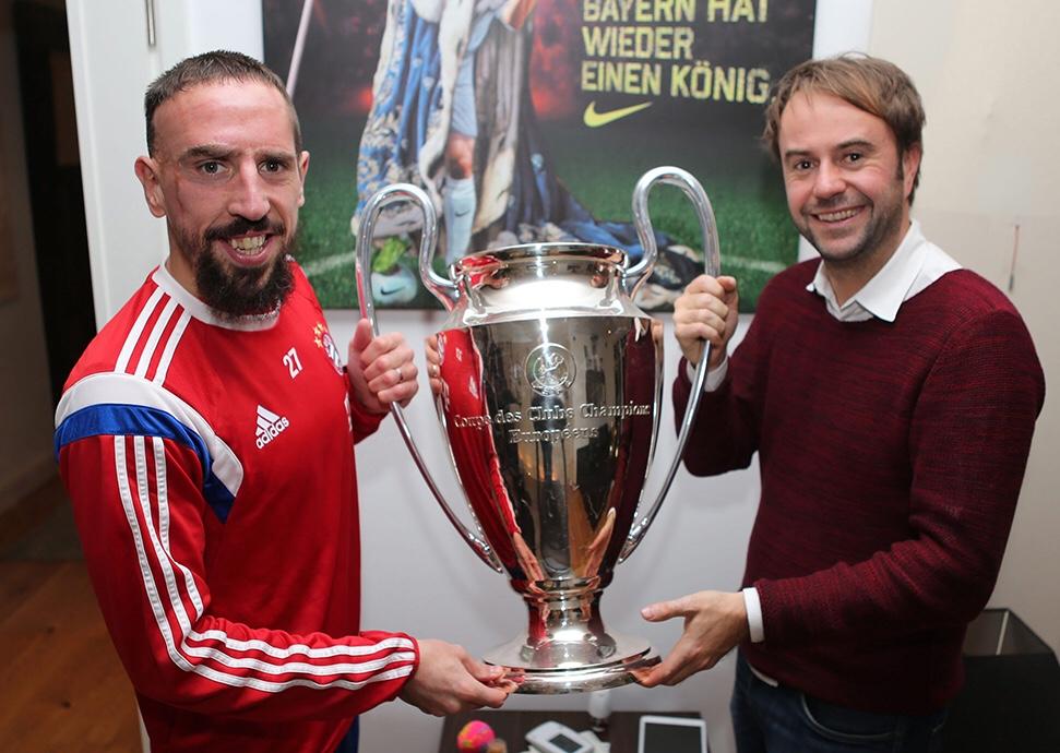 Bei einer Homestory präsentiert mir Ribéry seinen Champions-League-Pokal, den er sich für seinen Fitness-Keller nachbilden ließ