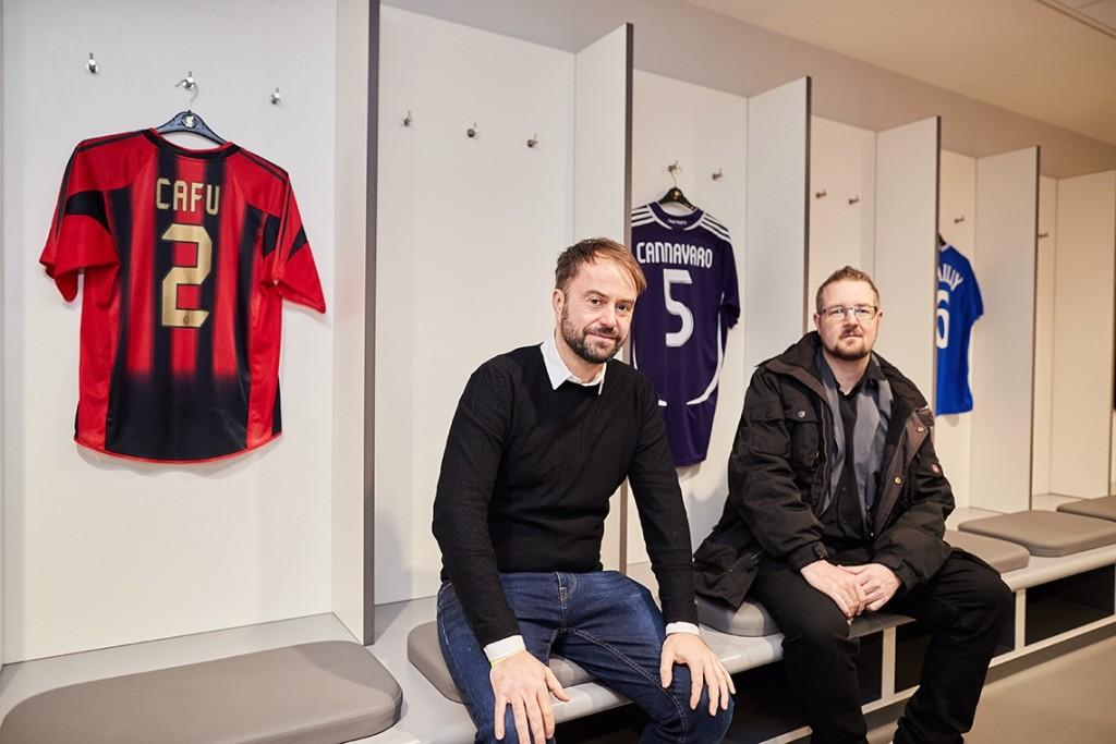Kollege Robert Schreier und ich in der Kabine des FC Bayern in Anfield. für die Tour wurden Trikots großer Gegner aufgehängt, die hier schon sitzen durften Foto: Paul Greenwood